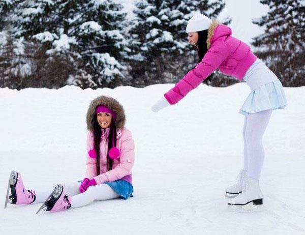 девушка упала на коньках