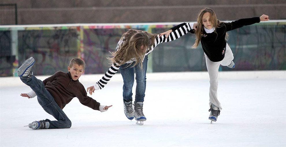 мальчик упал на коньках