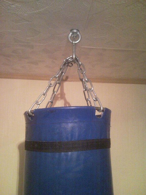 боксёрская груша висит на цепи