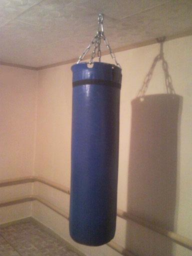 синяя боксёрская груша висит в доме