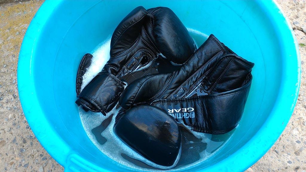 чёрные перчатки стираются в голубом тазике