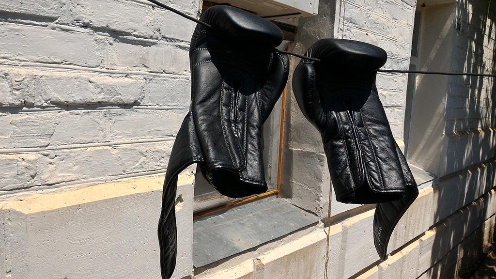 чёрные перчатки сохнут на верёвке